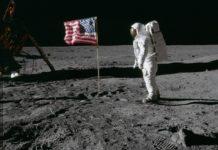 As teorías da conspiración sosteñen que unha das claves para demostrar que a chegada á Lúa foi unha montaxe é a bandeira. Fonte: Arquivo da Nasa.