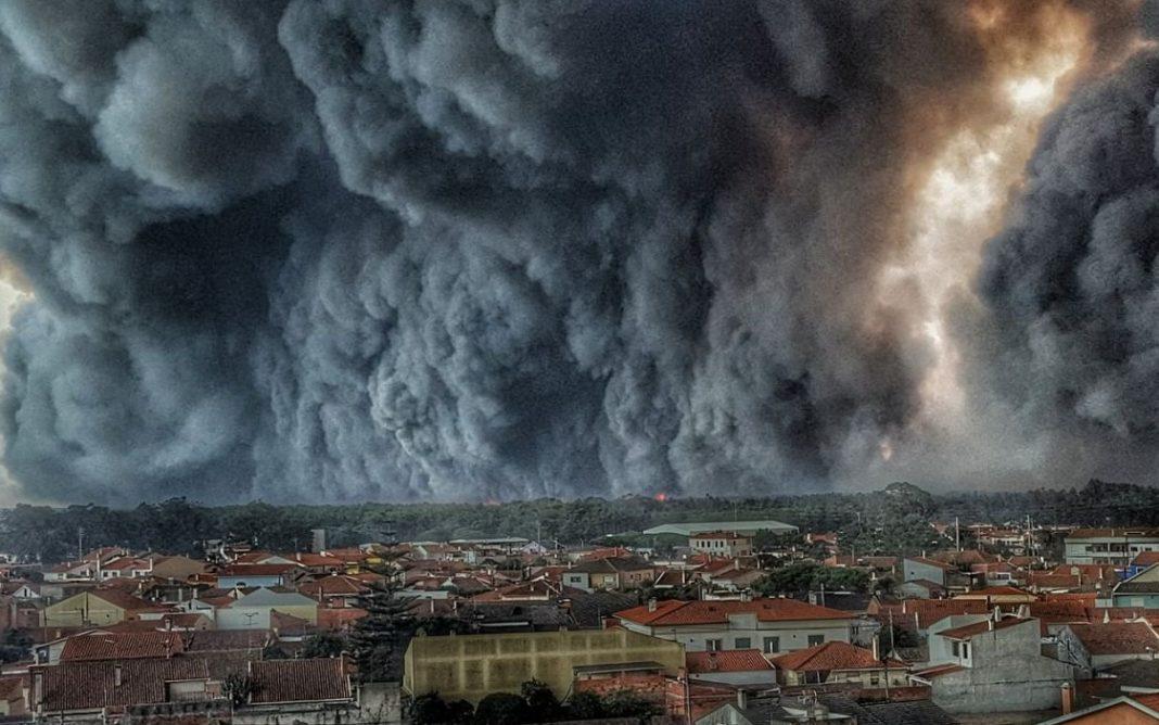 Fotografía tomada polo bombeiro Hélio Madeiras en Leiria en outubro de 2017, que evidencia a voracidade dos lumes.