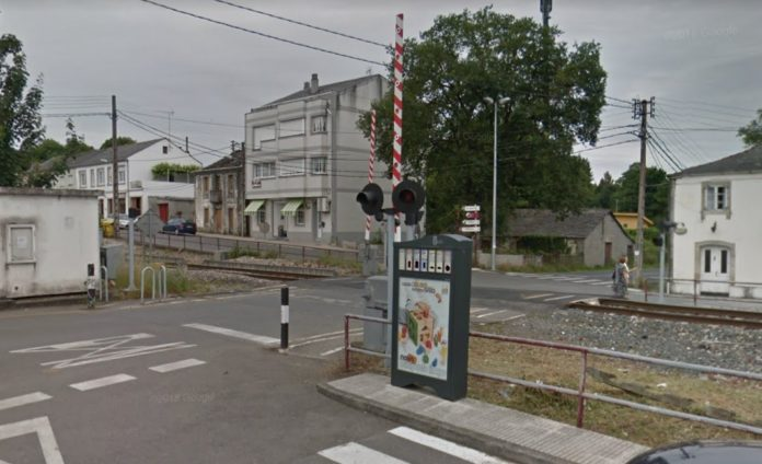 Un dos pasos a nivel da vía do tren na parroquia de Parga, onde se desenvolveu o proxecto da USC. Foto: Google Street View.