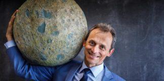 Pedro Duque sostén unha maqueta da Lúa. Foto: Álvaro Muñoz Guzmán (SINC).