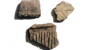 Detalle de cerámicas atopadas no xacemento. Foto: Duvi.