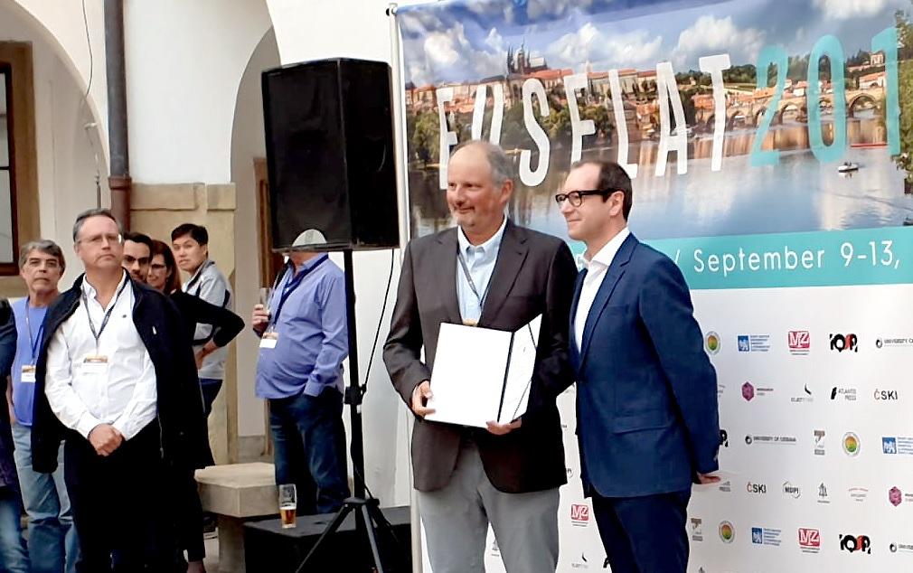 O catedrático Alberto Bugarin (esquerda) recolle o premio en Praga. Fonte: CiTIUS.