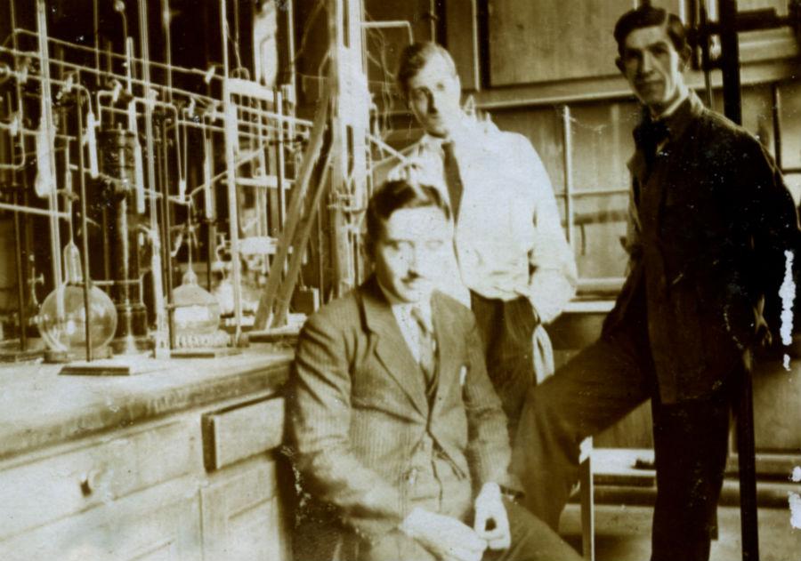 Batuecas, con compañeiros no laboratorio. Foto cedida pola RAGC.
