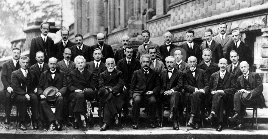 Louis de Broglie, (no círculo), na conferencia de Solvay en 1927, xunto a Einstein, Bohr ou Curie.