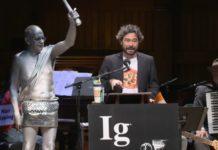 Intervención de Silvano Gallus, Ig Nobel de Medicina 2019. Fonte: Youtube.