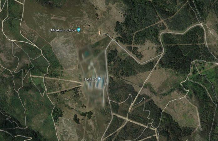 Na actualidade, unha zona pixelada oculta as instalacións militares do Iroite. Fonte: Google Maps.