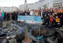 En apenas dúas horas recolléronse todo tipo de residuos na Dársena da Coruña. Foto: Óscar Gorriz.