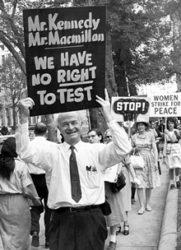 Linus Pauling foi un notable activista contra as armas nucleares.
