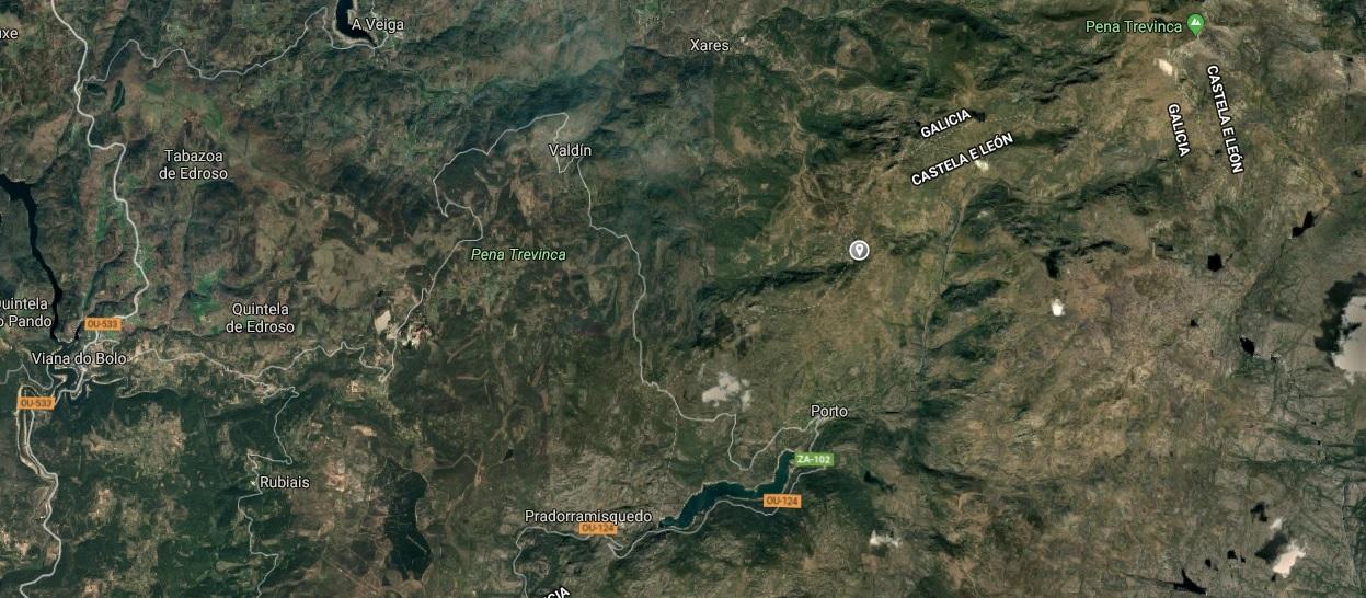 Ubicación da Lagoa dos Pichos. Ao nordeste, Pena Trevinca; ao noroeste, A Veiga; e ao suroeste, Viana do Bolo. A poboación máis próxima é Porto, en Zamora, a algo menos de catro quilómetros ao sur. Fonte: Google Maps.