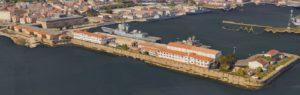 Outras instalacións militares, como o peirao de Ferrol, poden verse con detalle. Fonte: Google Maps.