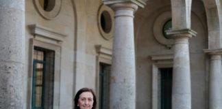 Pilar Bermejo, diante da Facultade de Química de Santiago. Foto: Anxo Iglesias.