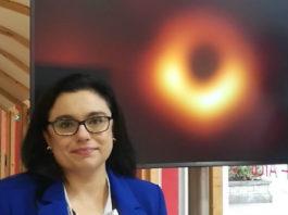 Raquel Fraga, xunto á célebre imaxe do burato negro.