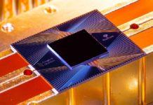 O chip está composto por 54 qubits, cada un feito de bucles supercondutores. Foto: Erik Lucero.