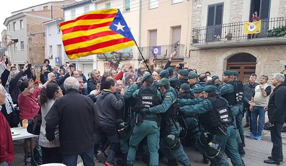 Imaxe falsa difundida hai agora dous anos, durante a consulta do 1 de outubro en Catalunya. A 'estelada' non é real.
