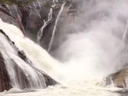 Así caía auga na Fervenza do Ézaro este mércores. Fonte: Concello de Dumbría.