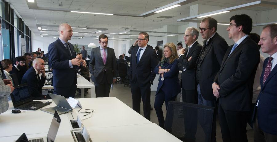 Equipo de Inprosec Auto expón o seu proxecto ante as autoridades de ViaGalicia.