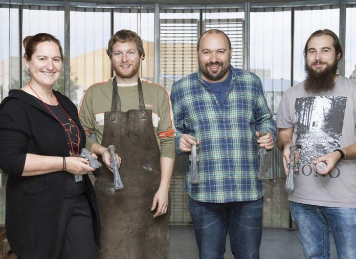 Beatriz Comendador, Aaron Lackinger, Xosé Lois Armada e Diego Torres, con algún dos machados reconstruídos. Foto: Ana Pernas.