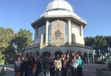 O grupo co que chegou a visita catro millóns á Casa das Ciencias posa diante do edificio. Foto: MC2.