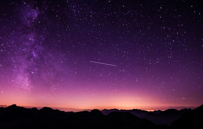 O mellor momento para ver as oriónidas é o comezo da noite, antes de que a Lúa dificulte a visión.