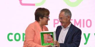 Ángel Carracedo recibe o premio 'Constantes y Vitales' 2019 de mans da Secretaria de Estado, Ángeles Caballero. Foto: La Sexta.