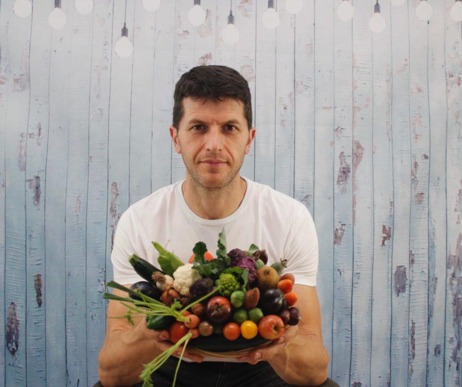 O estradense cun cesto en miniaturas dalgunhas das hortalizas da súa produción