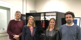 O equipo de investigación diante dun dos láseres que utilizan para facer os dispositivos