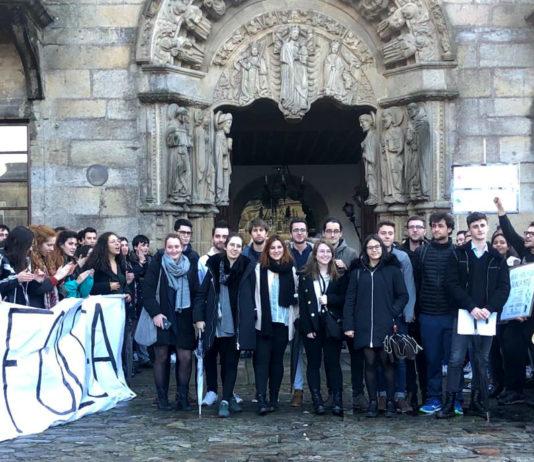 Os delegados recibiron o apoio dos estudantes antes da reunión, que se prolongou desde as 14.30 ata as 23 horas o do venres. Foto: Asemblea Aberta Medicina.