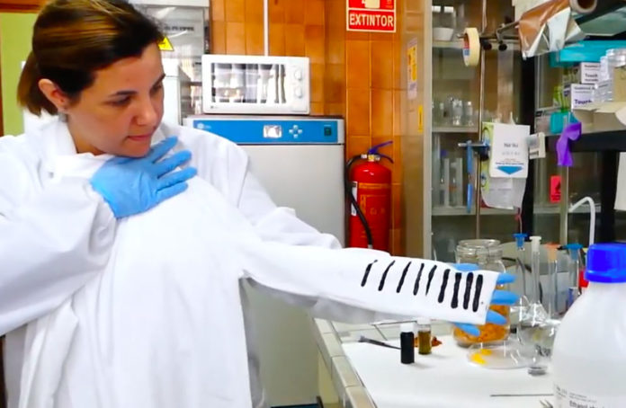 A investigadora Susana Guzmán, cun prototipo da camiseta. Foto: Universidad de Málaga.