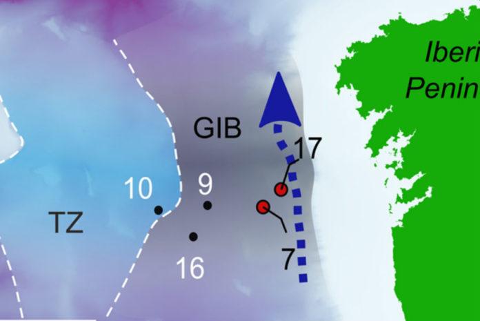 Lugares estudados na investigación dos fósiles dos fondos mariños. A frecha azul indica a dirección da corrente. Fonte: Scientific Reports.