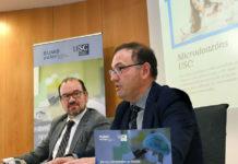 O reitor Antonio López e o vicerreitor de Planificación e Proxección Estratéxica, Gumersindo Feijoo Costa, presentan a iniciativa de microdoazóns. Foto: Santi Alvite.