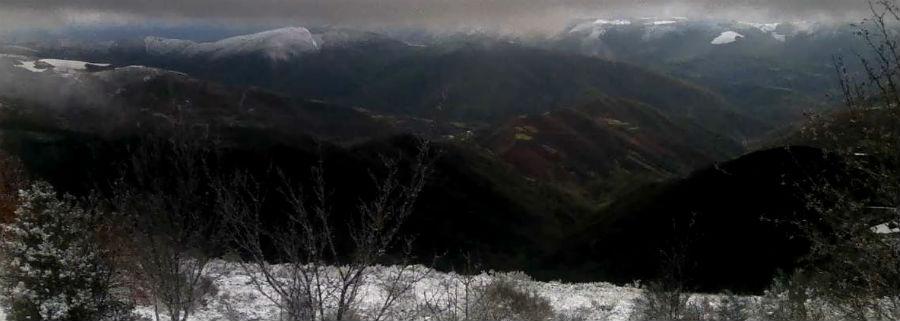 Panorama dos cumios nevados desde o albergue dos Ancares, en Cervantes.