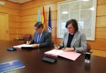 O reitor Julio Abalde e apresidenta provincial da Cruz Vermella, Mercedes Casanova, asinan o acordo. Foto: UDC.