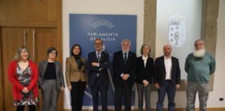 Á sinatura do acordo asistiron representantes da Academia e dos grupos parlamentarios da Cámara Galega. Foto: Parlamento de Galicia.