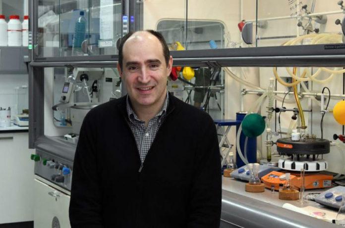 Martín Fañanás desenvolverá co seu proxecto unha tecnoloxía que permita aproveitar o metano para a obtención de fármacos ou combustibles. Foto: Santi Alvite.