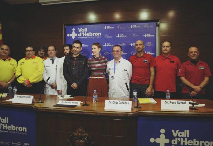 Audrey e a súa parella, Rohan, xunto aos profesionais que a salvaron do seu paro cardíaco. Fonte: Hospital Vall d'Hebron.