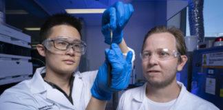 Zhen Jiang e Luke Connal, cunha mostra da pel artificial. Foto: ANU.
