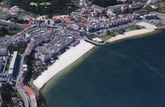 Vista aérea da praia de Sada, onde se contemplan as obras de recheo. Fonte: Google Maps.
