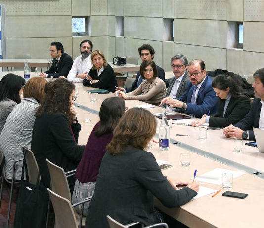 O reitor da USC, Antonio López, presidiu a reunión co sector farmacéutico galego. Foto: Santi Alvite.