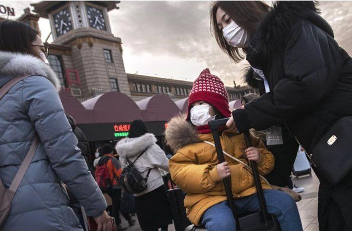 Xente protexida do coronavirus con máscaras no exterior dunha estación chinesa. Foto: Getty Images.