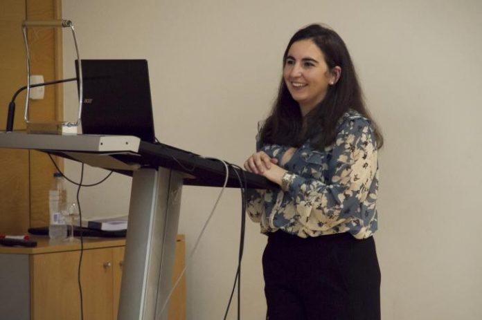 Alba Pedrouso, na lectura da súa tese. Foto: USC.