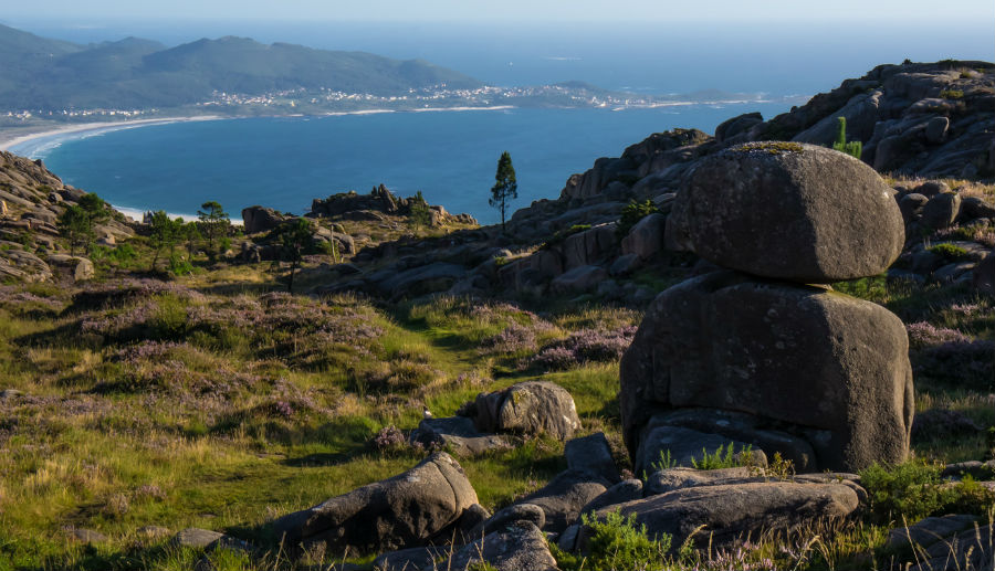 Xigante da Mina, coa praia de Carnota ao fondo. Fonte: Ondasderuido/CC BY-SA 2.0.