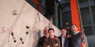 A trabe e as súas fracturas, xunto aos investigadores Fernando Martínez Abella, Fernando Varela Puga, Manuel F. Herrador e Toni Cladera. Foto: gCONS/UDC.