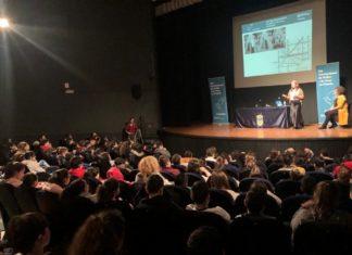 Un momento da conferencia de Joana Magalhães no Teatro Principal de Pontevedra xunto a concelleira Carme Fouces