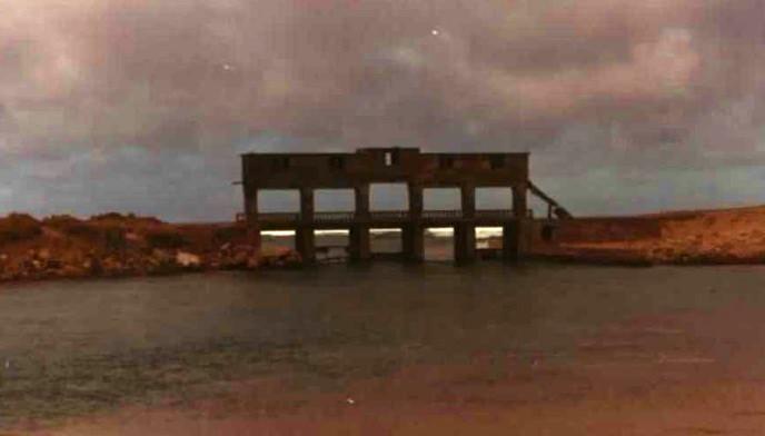 Foto a comezos dos anos 80 da ponte e comportas construídas para a concesión marisqueira coa que tamén se extraía area do espazo de Baldaio. Fonte: IGME.