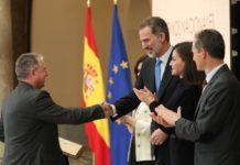 Manuel Carreiras saúda ao rei Felipe VI, xunto a raíña Letizia e o ministro Pedro Duque. Foto: Ministerio de Ciencia e Innovación.