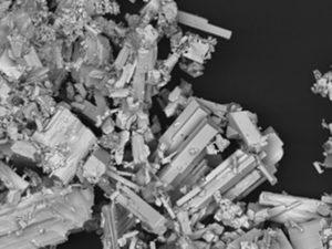 Fragmento de coltán (niobio e tántalo), visto ao microscopio. Fonte: CENIM.