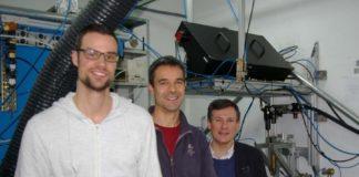 Joaquín Penide, Félix Quintero e Juan Pou no laboratorio co sistema experimental usado para obter a fibra. Foto: Duvi.