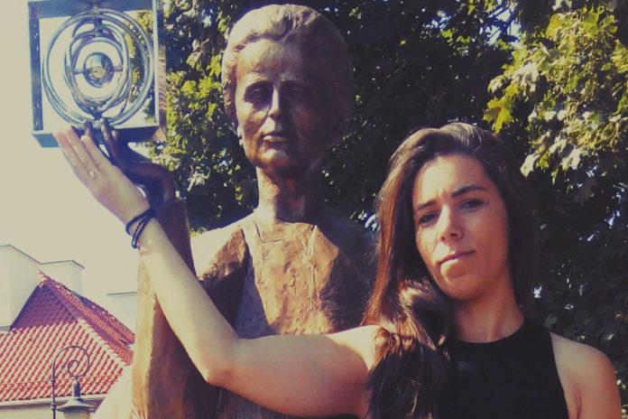 Joana Magalhães, xunto á estatua de Marie Curie no museo dedicado á científica en Polonia.