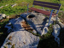 O petróglifo a carón do banco, na parte inferior esquerda da imaxe. Foto: Colectivo A Rula.