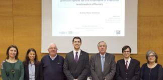Andrés Pichel, no centro da imaxe, posa cos membros do tribunal e cos directores da tese. Foto: USC.